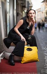 IMG_4571 (traccediscatti) Tags: donna persone giallo borsa nero abito ragazza pubblicit modella abbigliamento allaperto accessori vestito eleganza