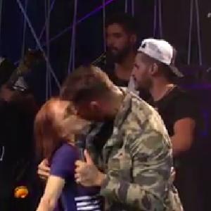 Lucas Lucco surpreende e dá selinho em senhora durante programa ao vivo