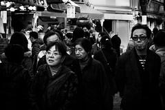 Vie de quartier (www.danbouteiller.com) Tags: japan japon japanese japonais people city ville urban tokyo ueno market march photoderue photo de rue street streetscene streetlife streets streetshot monochrome monochromatic bw nb noir blanc white black blackandwhite blackwhite noiretblanc c canon canon5d 5dmk2 5d 50mm 50mm14 5d2 5dm2