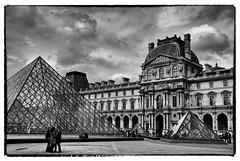 Paris : Le Louvre et la Grande Pyramide (version NB) (Babu l'binchou) Tags: france paris lelouvre grande pyramide nikond80 nikonaf18200vr silverefexpro2