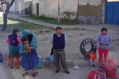 Haltestelle. (Hel*n) Tags: waiting capital hauptstadt bolivia wait esperando cholita busstation bolivien haltestelle sucre parada chuquisaca warten esperar charcas gomeria