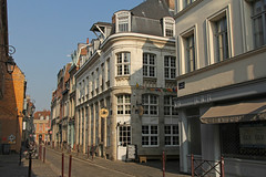 Rue des Trois Mollettes - Lille (France) (Meteorry) Tags: street morning france march europe faades sunny nobody facades lille rue nordpasdecalais nord matin cafeine rijsel imca 2015 meteorry vieuxlille ruedestroismollettes ensoleile gennam
