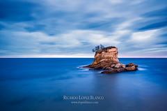 La roca (cortu) Tags: blue azul pentax santander cantabria 10mm marcantbrico pelamar playaelcamello k5ii ricardolpezblanco rlopezblancocom