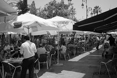 Ni un alfiler a la hora de comer. (pabloppl) Tags: agua almuerzo fuentes palomas playa restaurante sanlucardebarrameda tenderetes vacaciones verano