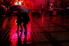 Beijing, Wangfujing (Les 3 couleurs) Tags: china red reflection rain rouge shadows beijing pluie   reflets chine wangfujing ombres  pkin