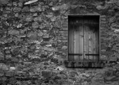 Arqu - Strada Provinciale 21 n 12 (r_evolution63) Tags: bw italy muro window monochrome wall grey monocromo blackwhite europa europe italia grigio sony bn finestra borgo bianconero compact veneto collieuganei dscw7 arqupetrarca provinciadipadova parcoregionaledeicollieuganei