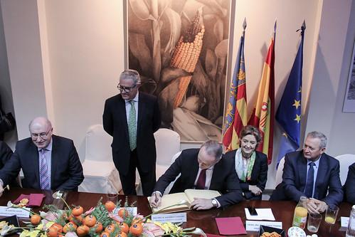 El President Fabra, firmando en el Libro de Honor