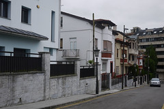 Calle Prao Picn (Jusotil_1943) Tags: 06072016 calles chalets oviedo postes