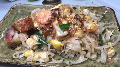 อีกจาน ผัดไท แนมหมูกรอบกับเอาน้ำมะขามเคี่ยวที่ทำแยกพิเศษไว้มาเติมขับรสอีกนิด #ตะลอนกิน #talongin #ตะลอนทีวี #talonTV #foodie