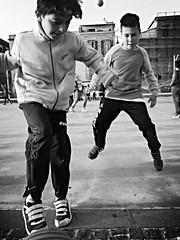 #Street #Pozzuoli #skate #calcio #bianco #nero #convers #jeans #gioco #sole #mare #lungomare #via #Napoli #piccoli #sudore #palla (fladalessandro97) Tags: street mare via jeans skate napoli sole lungomare bianco nero calcio gioco palla pozzuoli convers piccoli sudore