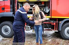 Pompier du 3me RHC faisant essayer la tenue de pompier d'aroport  Julie (Model-Miniature / Military-Photo-Report) Tags: ri juin abc 18 arsenal metz musique 1er journe dfense orchestre 2016 arme solidarit blind