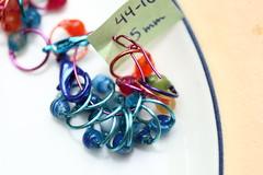 44-16  Blstripete Agat, lysebl tykk blank wire, 5mm, 10+4+2 kroker   IMG_1196 (mona.mono) Tags: knitting knit jewlery gemstones stitchmarkers agat strikking strikk strikkemarkrer maskemarkrer madebymono markrer halvedelstener smykkertilstrikketyet