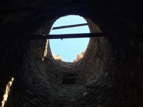 Cylindryczne wnętrze kwadratowej wieży w Stołpiu