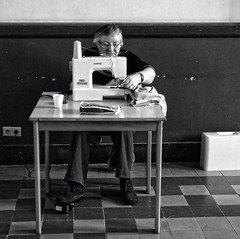 Atelier de cration  2162 (Lieven SOETE) Tags: brussels people woman art female donna mujer arte belgium belgique artistic sewing kunst femme mulher diversity bruxelles social menschen personas persone human frau coser couture personnes   naaien 2015    artistik cucire  kadn diversit socioartistic    sintjansmolenbeeksaintjean