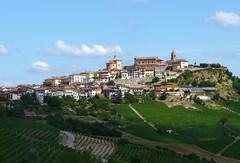 Piemont, La Morra (duqueıros) Tags: italien italy green landscape vineyard italia dorf village vine grün landschaft reben wein lamorra piemont duqueiros