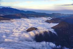 Se caen las nubes (Romulo fotos) Tags: quito ecuador nubes montaas volcanes aerea romulomoyaperalta
