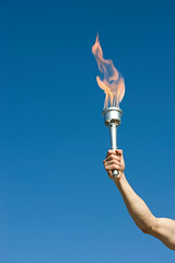 GettyImages - olimpiades (laveupv.com) Tags: usa man sports horizontal outdoors day adult arm florida honor bluesky pride flame torch cropped strength copyspace tradition athlete bodypart leadership adultsonly oneperson determination olympicgames olympicflame olympictorch bluebackground handraised colorimage onlymen onemanonly lowangleview holdingup