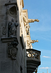 Le Palais Ducal, Grand-rue (christophemo) Tags: nancy villedenancy lorraine france meurtheetmoselle vieilleville villevieille vieuxquartier ancien statue palais ducal vierge gargouille ducs faade mur moyenge blason cusson