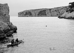 Au dtour d'une calanque ... (Avrillon) Tags: bw mer white black marseille kayak noir nb ciel blanc roche calanque mediteranee