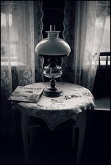 Husmodern (*Kicki*) Tags: windows lamp table 50mm sweden backlit bergslagen husmodern ngelsberg mnningen oljen