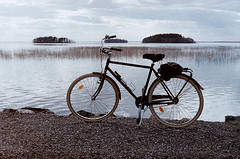 Yashica Electro 35 Filmcamera (s.niemelainen) Tags: lake film bike bicycle analog vintage suomi finland lomography electro filmcamera yashica joensuu polkupyr jrvi pyhselk filmi filmikamera analoginen