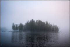 Granagubbisgraftlandi (Jonas Thomn) Tags: morning trees lake reflection water fog island rocks waves vatten trd morgon dimma sj stenar vgor  spegling munkholmsgrundet granagubbisgrftlandi