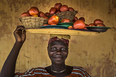 FernandezGarces-10 (Photo Folio Review Gallery - Rencontres d'Arles) Tags: africa portrait woman vegetables tomatoes tray benin carry abomey gulfofguinea