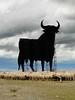 Un toro de Osborne (Rubén Díaz Caviedes) Tags: sky españa clouds logo spain cattle sheep cloudy icon bull cielo segovia nubes ganado toro icono osborne bullfighting logotipo veterano ovejas castillayleón torodeosborne manoloprieto fresnodelafuente torodelidia