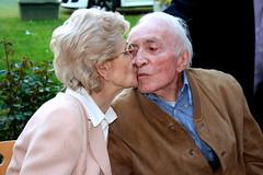 Un bacio rubato (Ondeia) Tags: love grandmother famiglia grandfather happiness ritratto attimi amore nonno nonna nonni felicità comunione rughe vecchiaia senzaparole