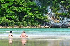 o melhor LUGAR para estar com vc (Ruby Ferreira ®) Tags: brazil people reflection beach brasil pessoas rainforest rocks waves reflexos mataatlântica bertiogasp litoralnortedesampa brasilemimagens praiadaguaratuba
