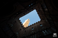 Torre del Mangia (andrea.prave) Tags: italien sky italy tower architecture arquitectura italia torre wideangle cielo tuscany architektur siena toscana toscane architettura italie toskana mimari  torredelmangia                discovertuscany visittuscany