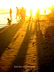 Fantasmas (Guervs) Tags: sunset espaa orange beach backlight contraluz atardecer seaside andaluca spain shadows silhouettes playa costadelsol andalusia naranja sombras siluetas mlaga marbella residencia tiempolibre