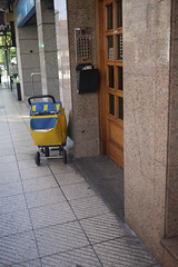 20-06-2016 025 (Jusotil_1943) Tags: 20062016 correos carrito yellow portero automatico