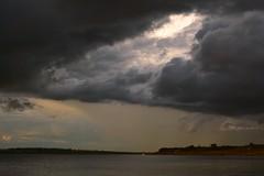 Tempestade a vista. (marcusviniciusdelimaoliveira) Tags: nuvens chuva tempestade entardecer clouds rain storm river rio gua water tempo clima wheather