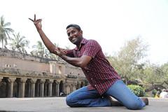 Posture de danse (Chemose) Tags: india architecture canon temple eos dance january dancer danse 7d thanjavur hindu hinduism janvier tamilnadu danser inde southindia tanjore hindouisme danseur danseuse hindou indedusud