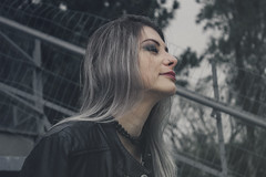 IMG_4189 (gabi rodrigues.) Tags: light portrait black color girl canon dark hair 50mm natural retrato gray fade t3