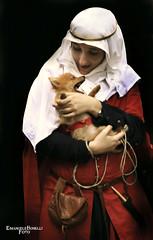 Madonna con canino (Emanuele Bonelli) Tags: dog medieval reenactment rievocazionestorica livinghistory storia sarzana reconstitution medievalwoman rievocazionemedievale nachstellung
