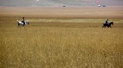 Passeggiata nella piana (Beggo e Marina) Tags: cavalli grano piana castelluccio