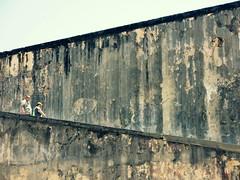 The Zigzag Walk (Alex L'aventurier,) Tags: people urban texture wall gris puertorico decay candid sanjuan human coupe personnes urbain castillodesancristbal greay portorico
