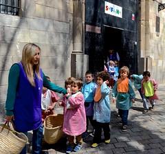 Barcelona, Placa  de Sant Felip Neri, (David McSpadden) Tags: barcelona placasantfelipneri schoolclassdressedforart smocks bibs