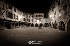 Castelnau-de-Montmiral by night (Pierre GRAND) Tags: 10mm fujinon1024 fujixt10