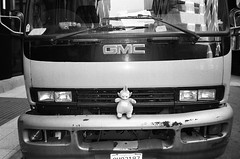 hood ornament (kuronakko) Tags: street blackandwhite bw film contrast truck iso400 grill bumper pointandshoot konica gmc hoodornament teletubby ilfordhp5plus genbakantoku konica28wb konica28mmf35lens