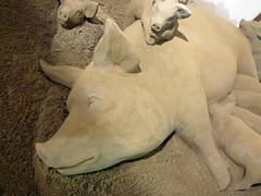 The Farm, Sow with Piglets (Sculptures Susanne Ruseler) Tags: sculpture sand sculptuur sculptures sandsculpture susanne sculptor zand creatie susanneruseler ruseler