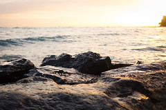 Waikiki Beach, Honolulu (akarakoc) Tags: sunset sea sunlight reflection silhouette stone warm mr crab fujifilm 28 f28 xf krabs 27mm xt1
