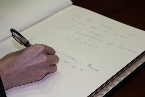 Detalle de la firma de la Ministra en el Libro de Honor de Anecoop