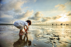 A careless child @ Taichung County Gaomei Wetlands Wildlife Refuge (Vincent Sheed) Tags: city sunset sea portrait people beach landscape kid child mud taiwan  taichung  seashore  hdr wetland    taichungcountygaomeiwetlandswildliferefuge