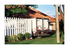 (Manuela Pozzobon) Tags: 35mm casa plantas pasto cielo cerca camioneta