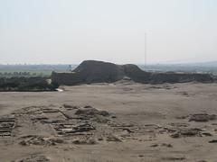 "La Huaca del Sol et la ville entre les deux pyramides <a style=""margin-left:10px; font-size:0.8em;"" href=""http://www.flickr.com/photos/127723101@N04/27329152684/"" target=""_blank"">@flickr</a>"