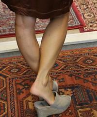 Aan het einde van de winkeldag (hrunge) Tags: woman netherlands spring legs lente monnickendam iso6400 canoneos6d lensef28135mmf3556isusm may2016 hrunge aanheteindevaneenwinkeldag fashionshopmonnickendam