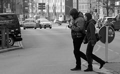 Fußgängerüberweg 2 BW (Rüdiger Stehn) Tags: 2015 europa mitteleuropa deutschland germany norddeutschland schleswigholstein winter stadt bauwerk profanbau leute menschen strase schwarzweis bw blackandwhite blackwhite 2000er monochrom gebäude canoneos550d rüdigerstehn kiel